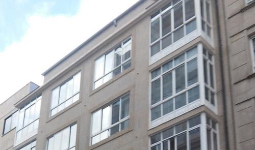 colocación de piedra fachada bloque viviendas