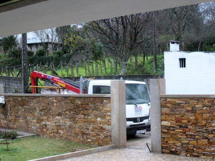 Muro en taco santiago y granito moreno pais
