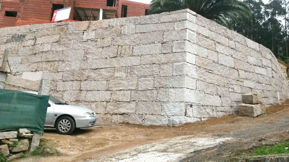 Construcci n de muro de contenci n de tierras en - Muros de contencion de piedra ...