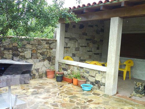 Fachada y patio en granito moreno país, biselado