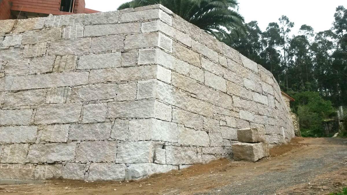 construcción de muro de contención en cachote