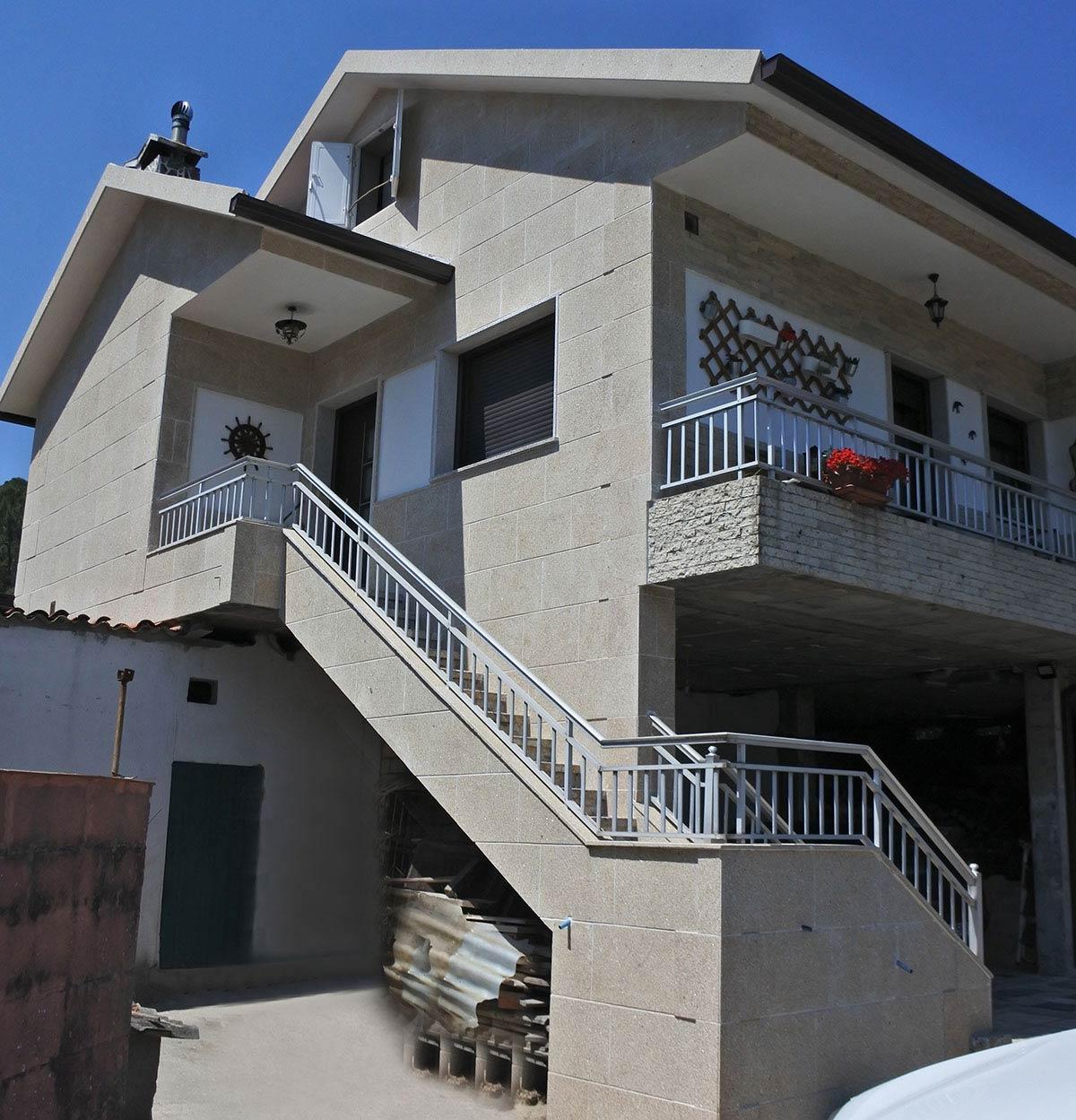 vivienda unifamiliar con GRANITO MORENO PAIS...Y CHIMENEA EN TACO DE SANTIAGO.
